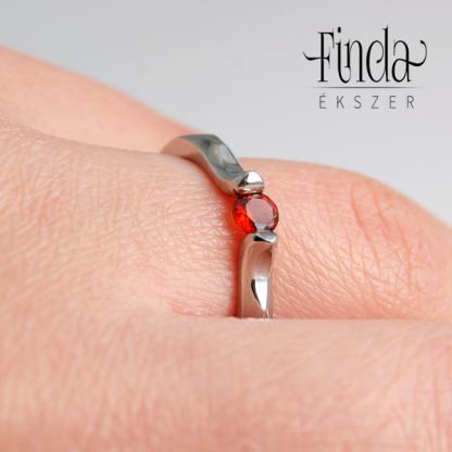 Liliom eljegyzési gyűrű gránáttal kézen
